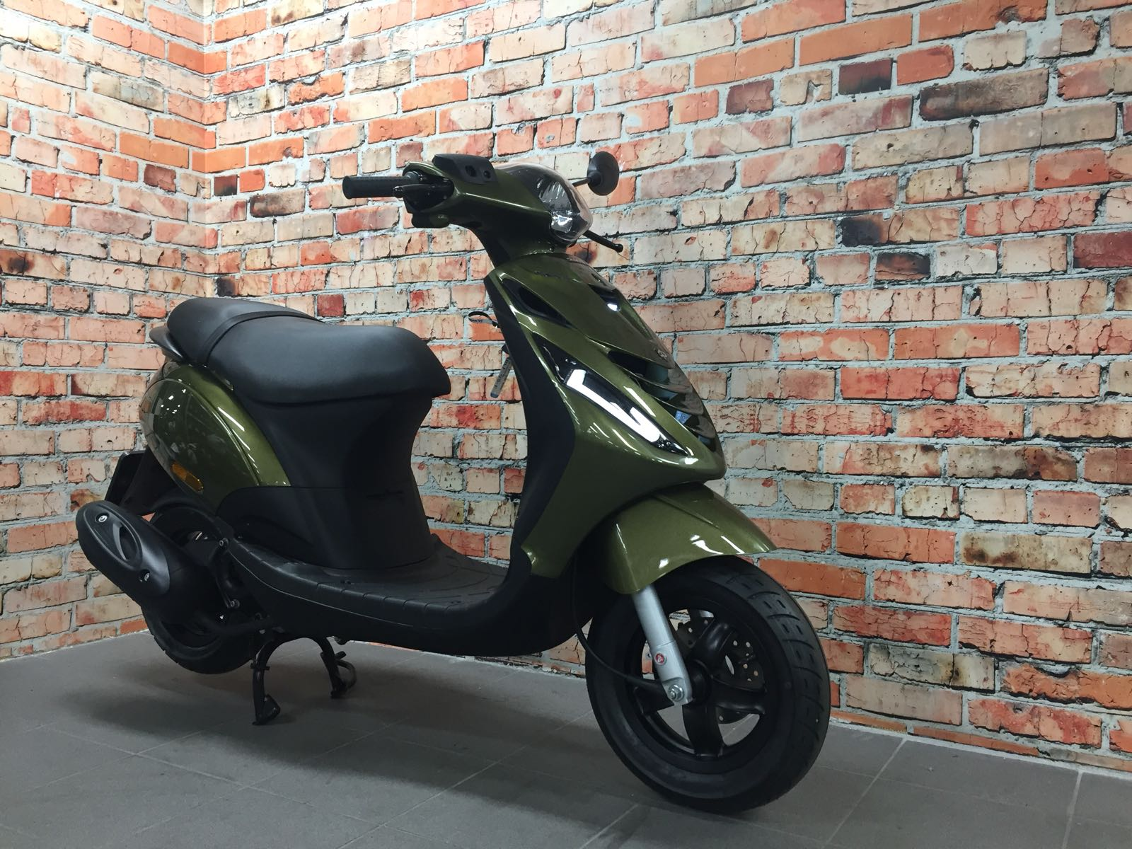 piaggio zip 4t iget euro 4 custom olive green metallic de jager scooters. Black Bedroom Furniture Sets. Home Design Ideas
