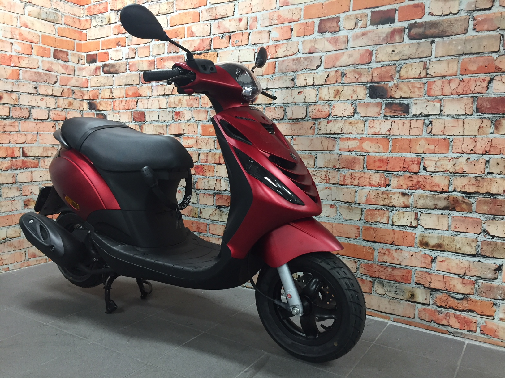 scooter piaggio zip 25 km u 4t custom mat rood de jager scooters. Black Bedroom Furniture Sets. Home Design Ideas